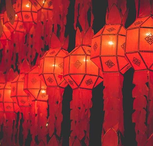 Lanterna rossa di lanna nel festival di Loy Krathong